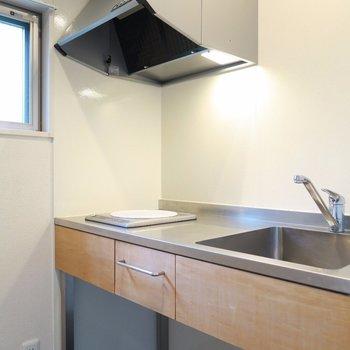 スタイリッシュなキッチン。※写真は2階の同間取り別部屋のものです