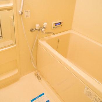 お風呂には追い焚き機能付き!※写真は1階の同間取り別部屋のものです