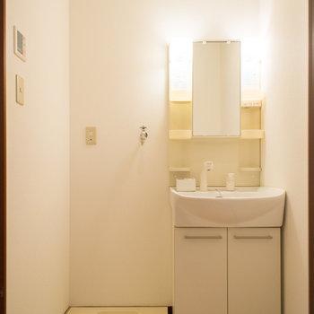 脱衣所には独立洗面台&洗濯機置き場※写真は1階の同間取り別部屋のものです