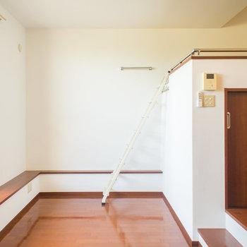 ロフトへのはしごは壁に収納できます。※写真は1階の同間取り別部屋のものです