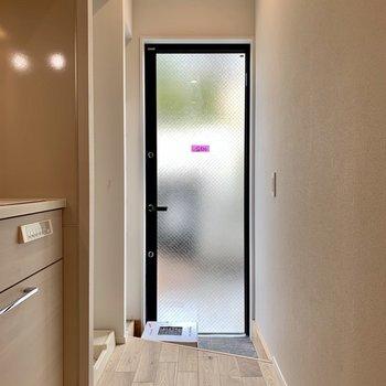 玄関は扉がすりガラスになっているので光が入ってきますね※写真は前回募集時のものです