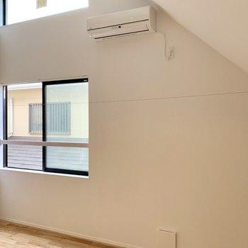 バルコニーはありませんが、窓辺には物干しワイヤーがあります。※写真は前回募集時のものです