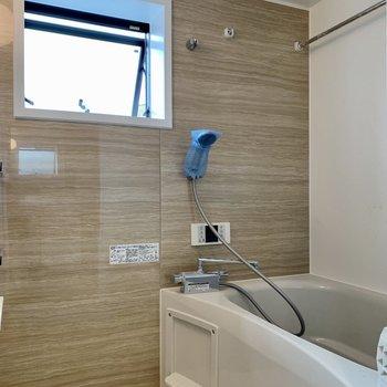バスルームは小窓もついて爽やかな雰囲気。※写真は前回募集時のものです