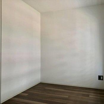 こちらはベッドルームかな。※写真は3階の同間取り別部屋、通電前のものです