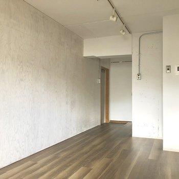 壁がウッド調でステキ〜◎※写真は3階の同間取り別部屋、通電前のものです