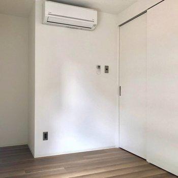 コンパクトな洋室。※写真は3階の同間取り別部屋、通電前のものです