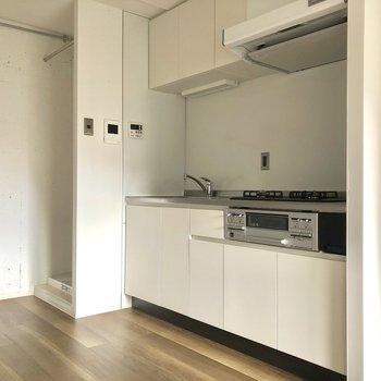 キッチンは収納たくさんありますね。※写真は3階の同間取り別部屋、通電前のものです