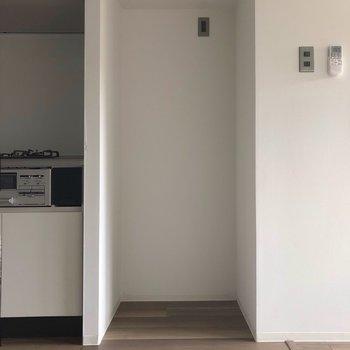 キッチンの右側には、冷蔵庫置場。※写真は3階の同間取り別部屋、通電前のものです