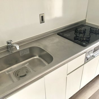 充実しているキッチン設備。※写真は3階の同間取り別部屋、通電前のものです