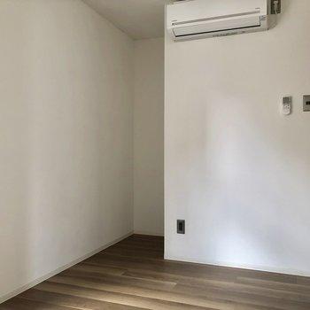 洋室にもエアコン付いてますよ◎※写真は3階の同間取り別部屋、通電前のものです