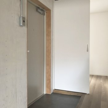 シンプルな玄関スペース。※写真は3階の同間取り別部屋、通電前のものです