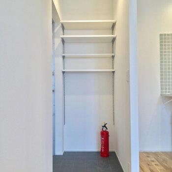 玄関はキッチンの左側。突っ張り棒でカーテンをしても良さそうですね