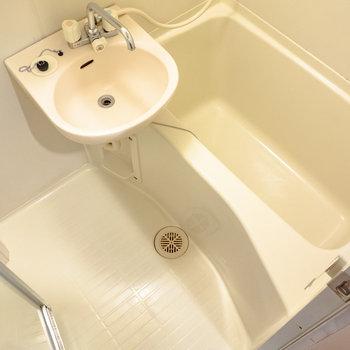 浴室はユニットバスタイプ。※写真は6階の同間取り別部屋のものです