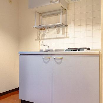 キッチン横には冷蔵庫置けます。※写真は6階の同間取り別部屋のものです