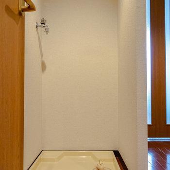 洗濯機置場は室内に。※写真は6階の同間取り別部屋のものです
