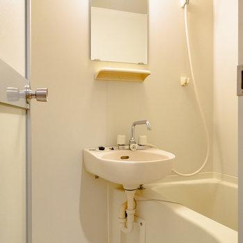 洗面台には棚もあるので、こちらでしっかり支度を。※写真は6階の同間取り別部屋のものです