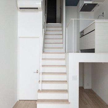 長めの階段になっています。※写真は通電前のものです。