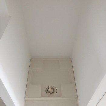 洗濯機置洗は面台の向かい側。※写真は通電前のものです。