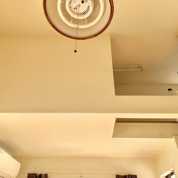天井を見上げてみると、高さがありますね〜※写真はクリーニング・通電前のものです