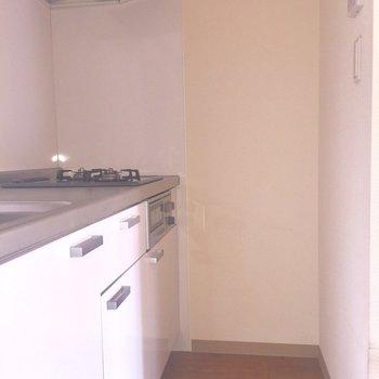 キッチンはこもり空間。ひとりの世界に没頭したい※写真は通電前のものです。フラッシュを使用しています