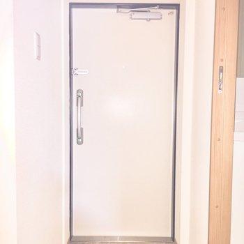 玄関です※写真は通電前のものです。フラッシュを使用しています