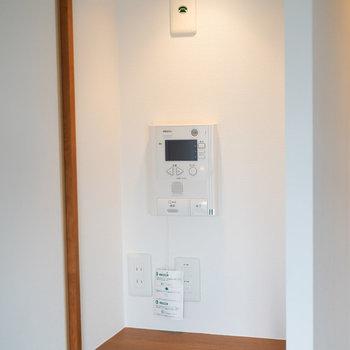 「電話台」のコーナー。モニター付きインターフォン付いてました。