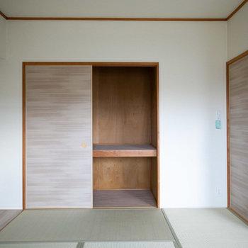 和室の収納は押入れタイプで奥行きあります。