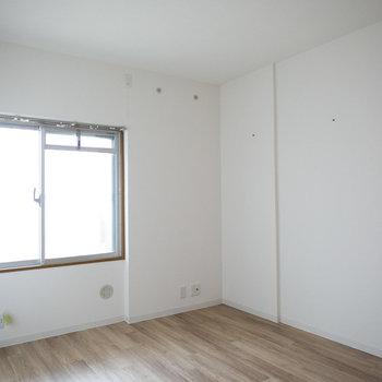 こちら玄関横の6.5畳の洋室(1)