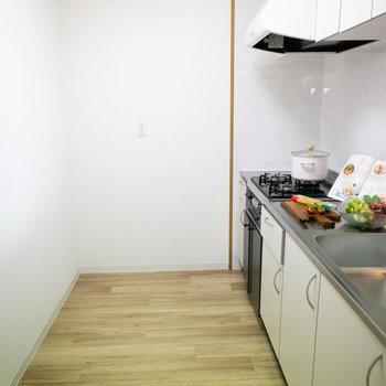 背面もゆったりしているので、好きな食器棚も置けそうです。