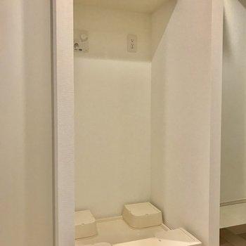 その隣にすっぽり洗濯機置場