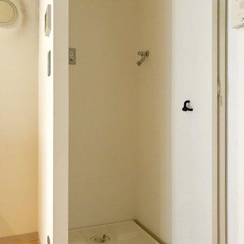 洗濯機置き場が隠せるの、いいよね。※写真はクリーニング前のものです