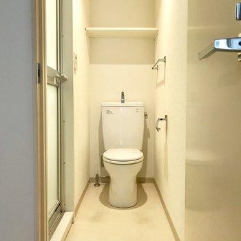 トイレが脱衣所がわりに。※写真はクリーニング前のものです