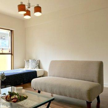 ベッドにソファ、テーブルを置いてもまだまだスペースに余裕が。(※写真の家具と小物は見本です)
