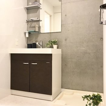 脱衣所も広く使える。洗面台がお店みたい!※写真は7階の同間取り別部屋、モデルルームのものです