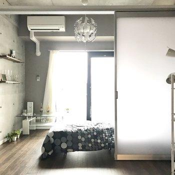 コンクリート打ちっ放しで雰囲気◎※写真は7階の同間取り別部屋、モデルルームのものです