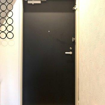 玄関はフラットに。※写真は7階の同間取り別部屋、モデルルームのものです