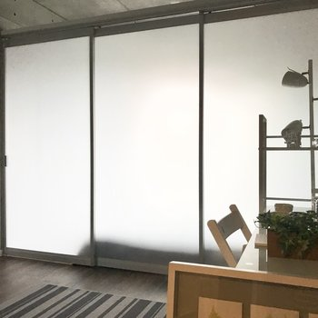 引き戸をしめたらこんな感じ。※写真は7階の同間取り別部屋、モデルルームのものです