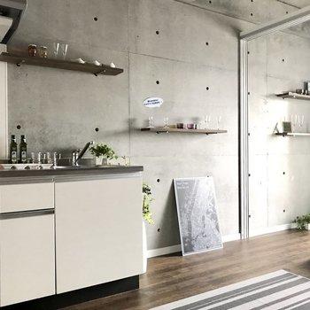 キッチンも溶け込むようにレイアウトしたい。※写真は7階の同間取り別部屋、モデルルームのものです