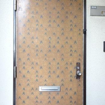 外から見た玄関扉が独特。