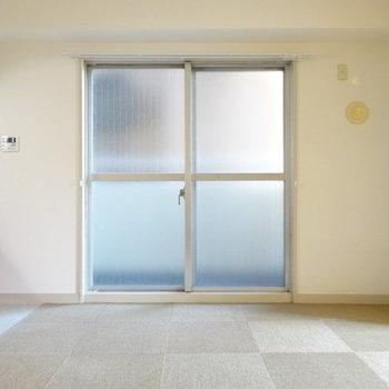 東側に窓とバルコニーあり。