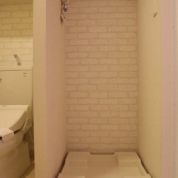 もちろん室内にあります!白のレンガ調壁紙もカワイイ!