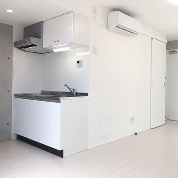 キッチンは黒と白でメリハリを。