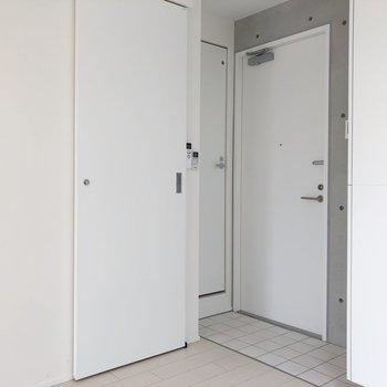 左から脱衣所、トイレ、玄関です。 靴箱も玄関の右にあります。