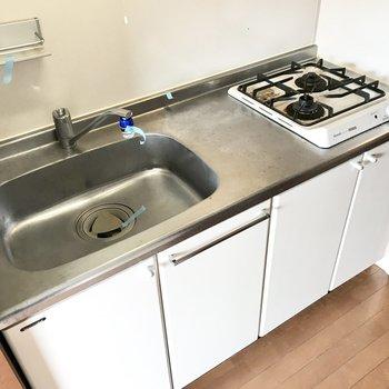 ガス2口に料理スペースも確保!左上にはよく使う調味料を置いたり。 (※写真は清掃前のものです)