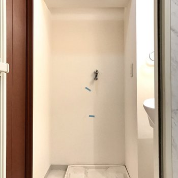 水回りは1階に。洗濯機の上には洗剤を置けますよ。 (※写真は清掃前のものです)