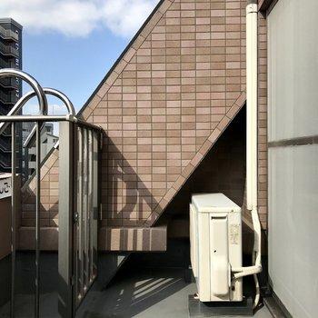 1階のバルコニーは洗濯物用にちょうどいい日当たり!眺望はビルたち。都会〜!