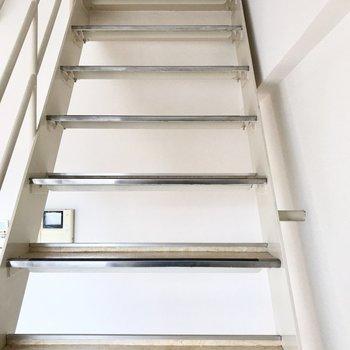 どっしりとした階段。2階へGOー! (※写真は清掃前のものです)