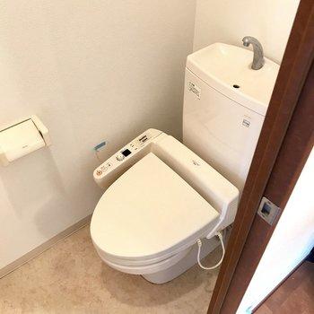 トイレも上部収納ついてますよー! (※写真は清掃前のものです)