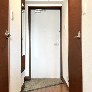 玄関には全身鏡。お出かけ前の身だしなみチェックだ! (※写真は清掃前のものです)