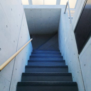 お部屋までは階段です